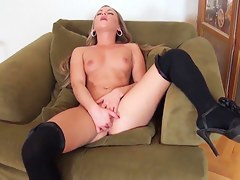 Cute Amanda Blake finger fucking her fantastic pussy and skunk juices